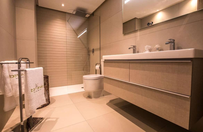 botanic taylor wimpey appartement penthouse los arqueros benahavis zeezicht golf badkamer2