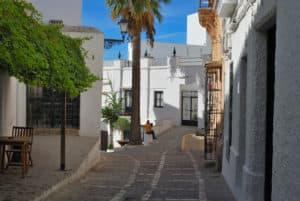 Straat in San Pedro, een klein wit stadje in het zuiden van Spanje