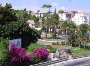 Straat met palmbomen in Calahonda