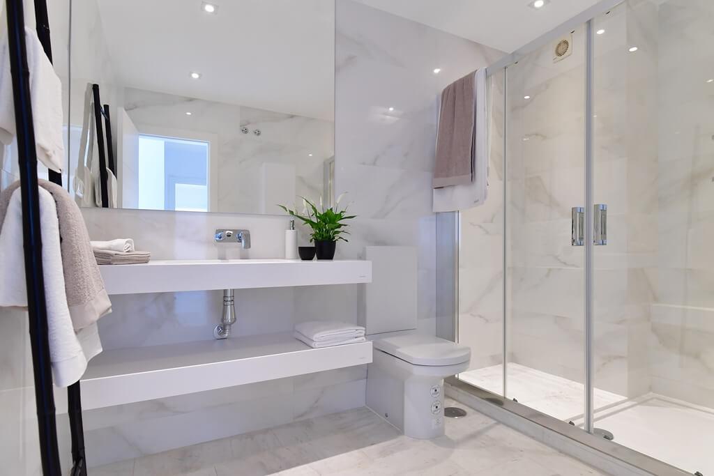 marbella real luxe penthouse appartement herverkoop kopen golden mile badkamer