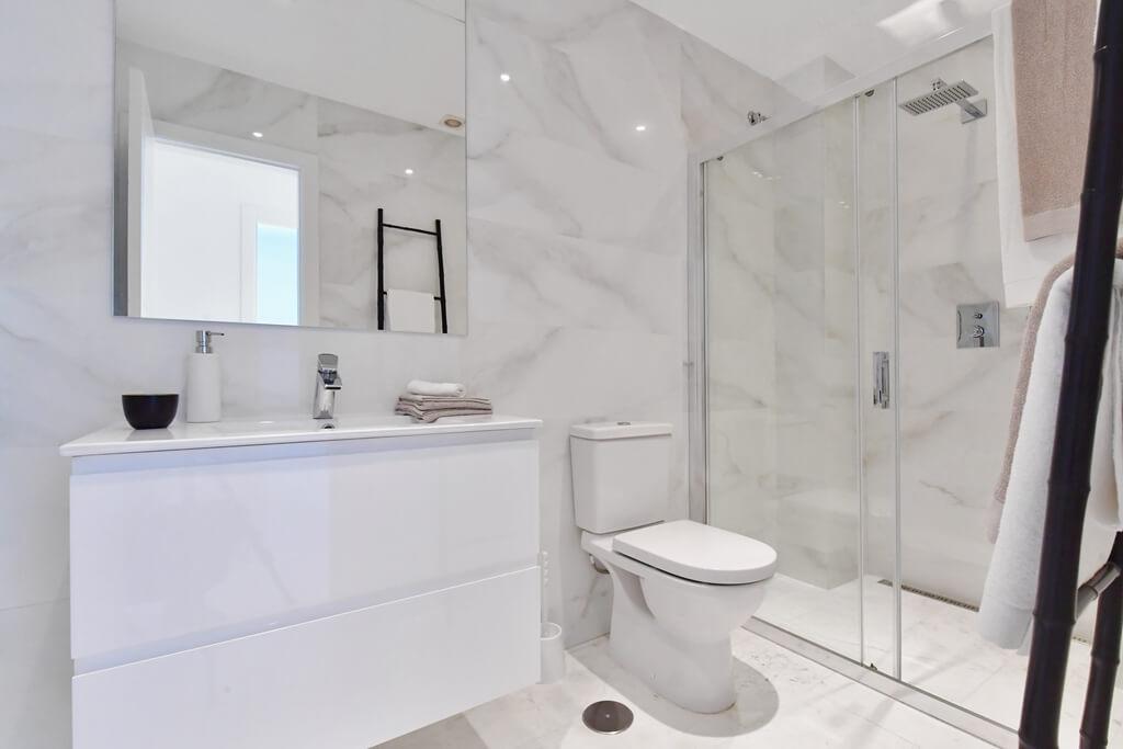 marbella real luxe penthouse appartement herverkoop kopen golden mile toilet