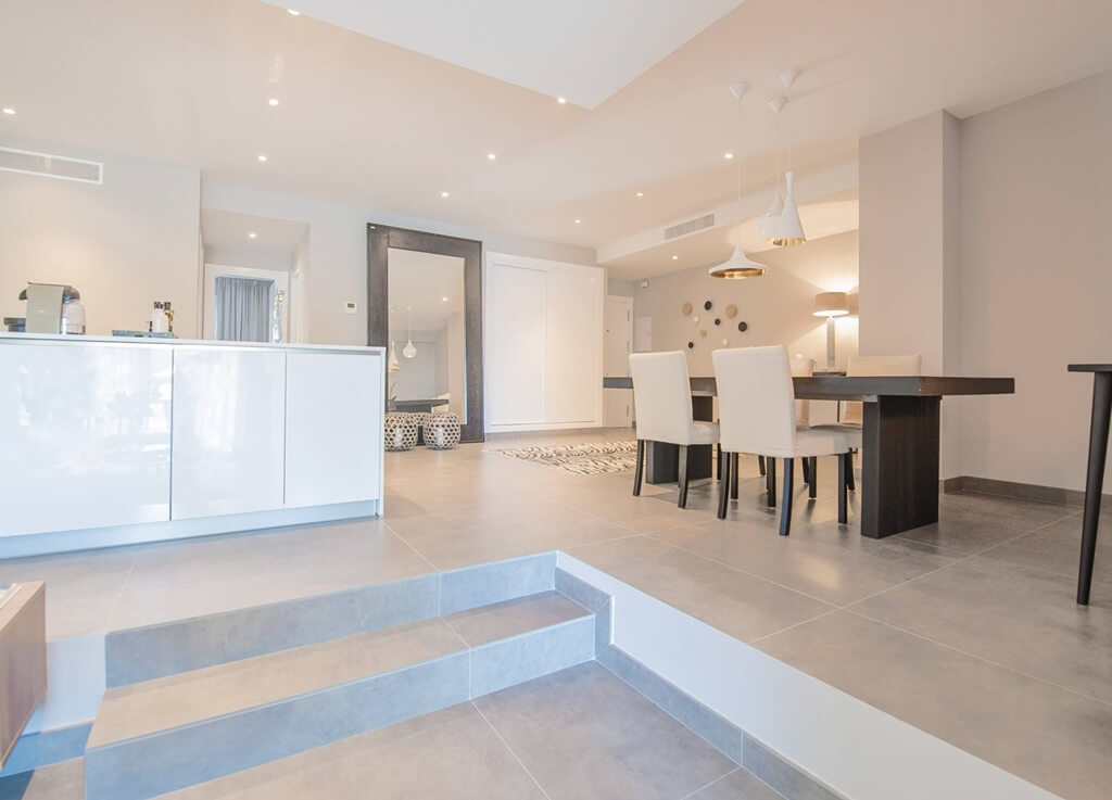 Awesome royal gardens nueva andalucia modern appartement for Eethoek modern