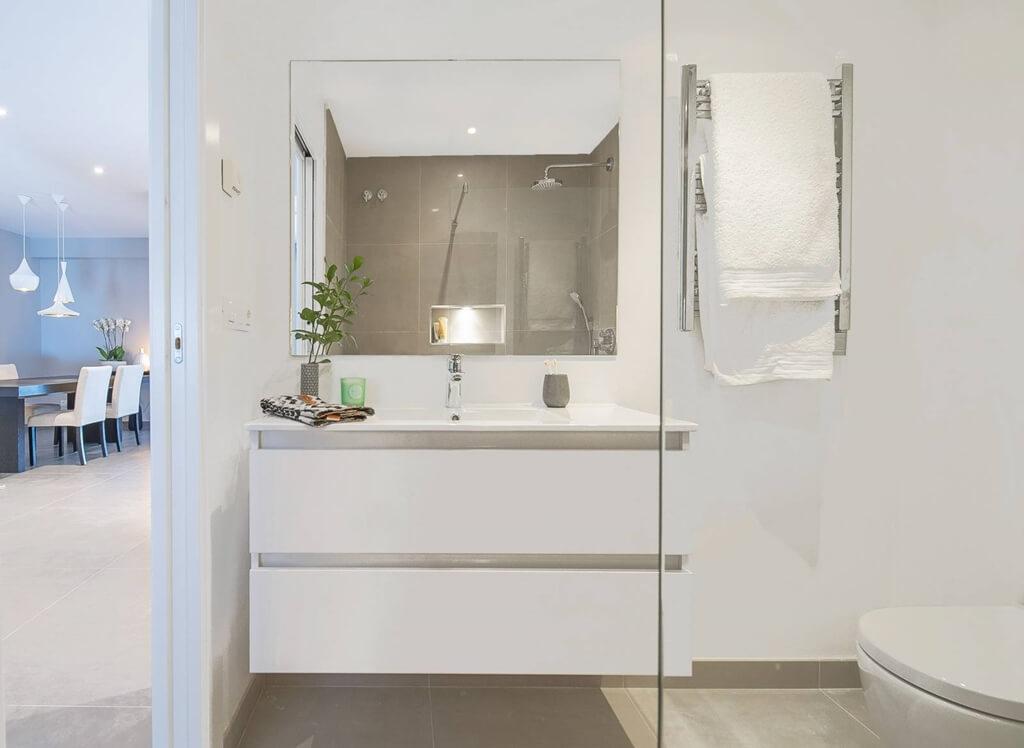 royal gardens nueva andalucia modern appartement kopen gerenoveerd gasten badkamer