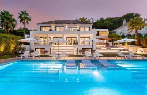 Villa Milano: eigentijdse villa met prachtige zichten (Nueva Andalucia)