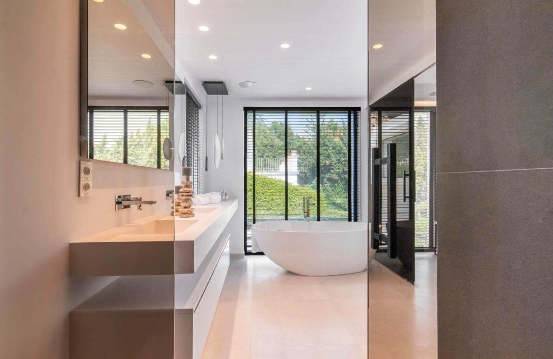 moderne villa milano nueva andalucia marbella costa del sol bergzicht zeezicht te koop luxe bad