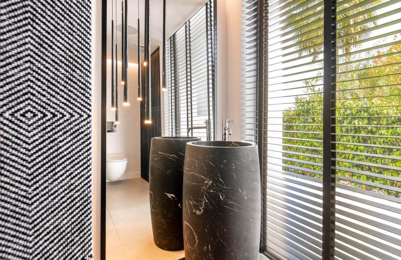 moderne villa milano nueva andalucia marbella costa del sol bergzicht zeezicht te koop luxe badkamer gasten