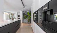 moderne villa milano nueva andalucia marbella costa del sol bergzicht zeezicht te koop luxe keuken