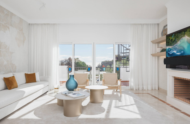 paraiso pueblo benahavis new golden mile marbella estepona vernieuwde penthouse te koop resort concierge zee golf haard