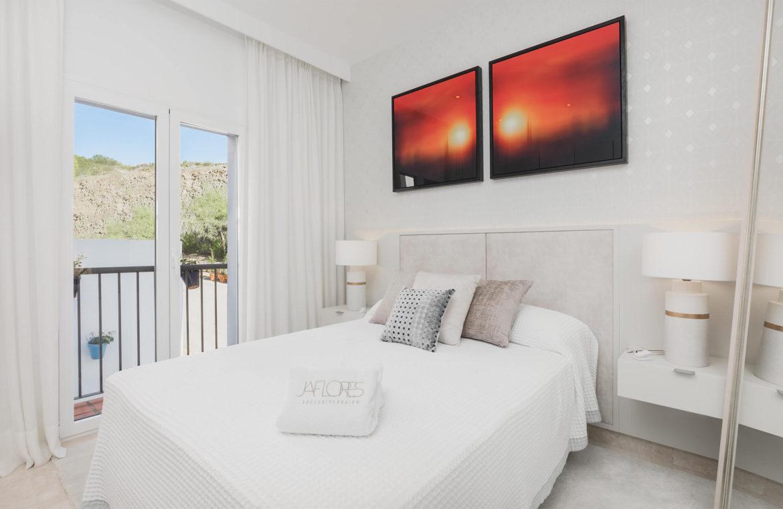 paraiso pueblo benahavis new golden mile marbella estepona vernieuwde penthouse te koop resort concierge zee golf slaapkamer