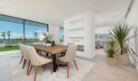 villa imare new golden mile estepona costa del sol spanje eerstelijns zee strand nieuwbouw villa eethoek