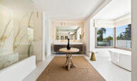 casa chequers el paraiso estate villaroel modern klassiek villa costa del sol spanje badkamer