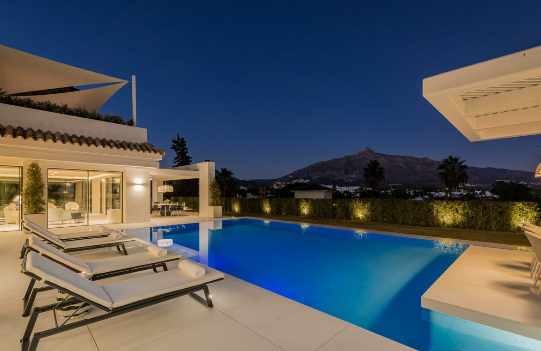 casa liceo nueva andalucia marbella costa del sol golf spanje villa avond