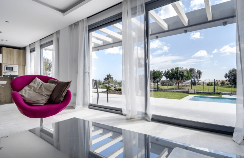 La Quinta de Cerrado villa nieuwbouw La Cala Mijas Costa del Sol Spanje te koop Vamoz golf zeezicht salon